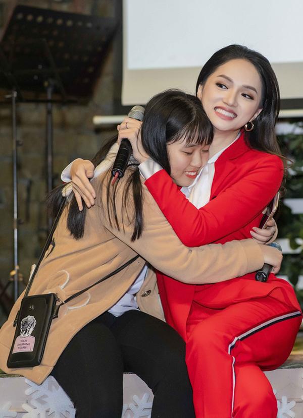 Các fan của người đẹp rất hạnh phúc khi được ngồi cạnh trò chuyện và ôm cô để bày tỏ tình cảm.