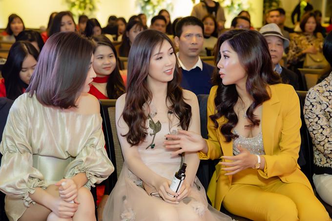 Đỗ Mỹ Linh mặc váy ngắn giữa trời lạnh 9 độ C dự event của Nguyễn Thị Loan - 3