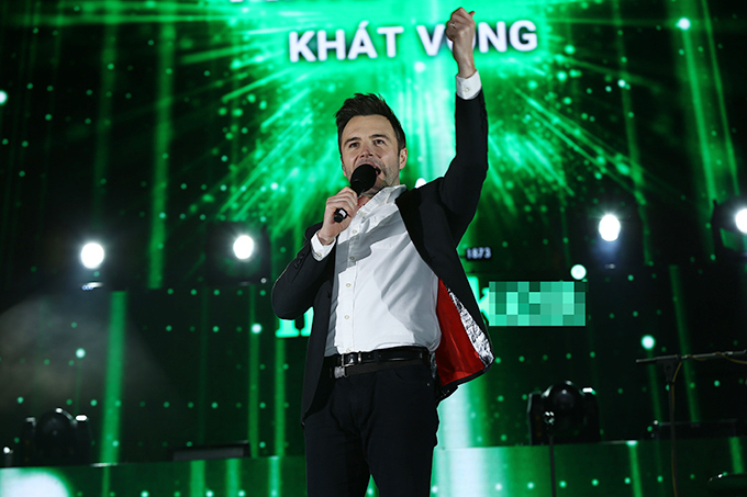 Tối 31/12, đêm nhạc Countdown Party diễn ra tại SVĐ Hàng Đẫy, Hà Nội. Dù tiết trời ngày cuối năm lạnh giá, hàng chục nghìn khán giả thủ đô vẫn tới hoà mình vào bữa tiệc âm nhạc hoành tráng.