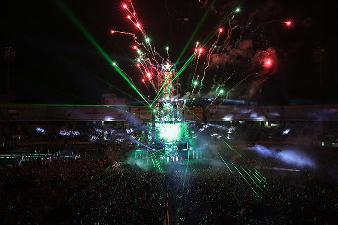 Sân vận động Hàng Đẫy lung linh trong đêm giao thừa với tòa tháp ánh sáng cao 30 mét. Khoảnh khắc đỉnh tháp sáng bừng bởi công nghệ trình chiếu laser độc đáo cũng là khi thời khắc countdown vừa điểm.