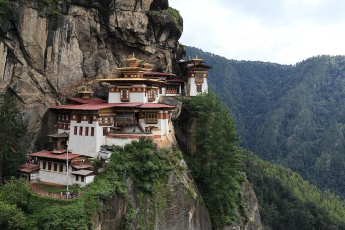 Trong một lần ngồi thiền để tĩnh tâm, Karen nhận thấy cô phải đến đất nước hạnh phúc để chữa lành những vết thương bằng cách tâm linh.Sau khi cân nhắc đi tới cả Ấn Độ và Nepal, cuối cùng cô đã chọn Bhutan là điểm đến cho chuyến đi một mình vào tháng 8/2017.