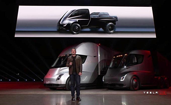 Musk đứng trước hai mẫu xe tải điện trình làng cuối năm 2017 và thiết kế xe bán tải (trên cùng) anhôm mộng cho năm 2019. Ảnh:Tesla.