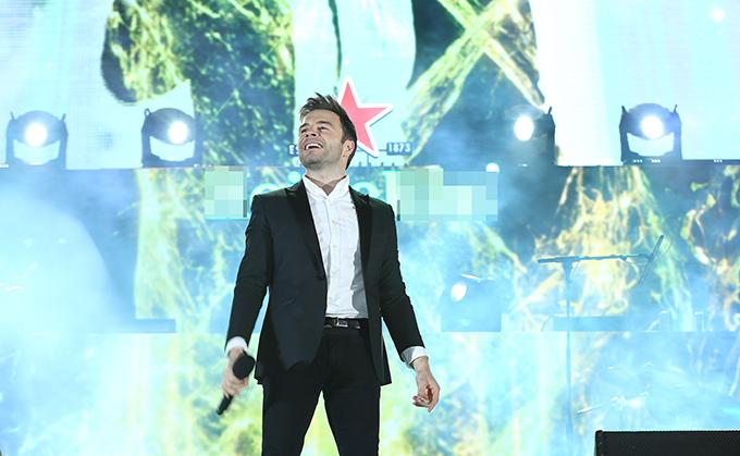 Là ngôi sao chính trong chương trình, Shane Filan cống hiến cho các fan Việt Nam một buổi tối thăng hoa với những giai điệu quen thuộc như What About Now, Beautiful in White, My Love, If I Let You Go, You Raise Me Up...