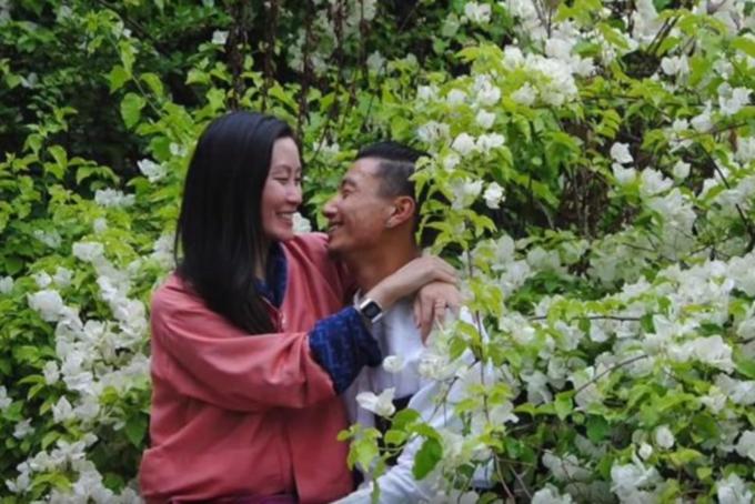 Khi cô yêu cầu được một hướng dẫn viên du lịch cao cấp với kiến thức sức rộng về lịch sử và văn hóa về đất nước này, Karen không mảy may nghĩ tới những chuyện bất ngờ sẽ đến với cuộc đời cô. Còn hiện tại, họ đã trở thành một nửa không thể tách rời của nhau, đã kết hôn và sống hạnh phúc tại thủ đô Thimpu của Bhutan.