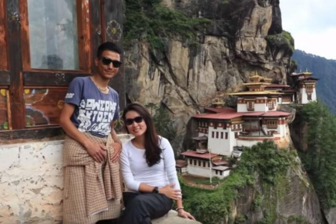 Cặp đôi đã yêu nhau khi đi bộ lên Tiger Nest - một địa điểm linh thiêng và nổi tiếng thế giới.Trở về Singapore, Karen tin rằng cô đã lại trái tim và linh hồn ở Bhutan. Tôi đã không còn như xưa nữa, cô viết trên blog. Lúc đó, Ngawang và Karen vẫn giữ liên lạc, và vào tháng 2/2018, Karen đã trở lại Bhutan làm việc trong một năm.Phép màu đã xảy ra. Và tôi rất may mắn khi tìm thấy cô ấy, Ngawang - hướng dẫn viên du lịch và là chồng của Karen nói.