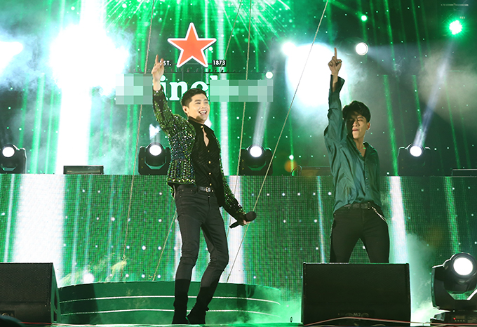 Noo Phước Thịnh cũng góp mặt trên sân khấu đêm nhạc cuối năm. Anh xuất hiện nổi bật cùng sơ mi và quần jeans đen, nhấn nhá áo khoác đính kết lấp lánh.
