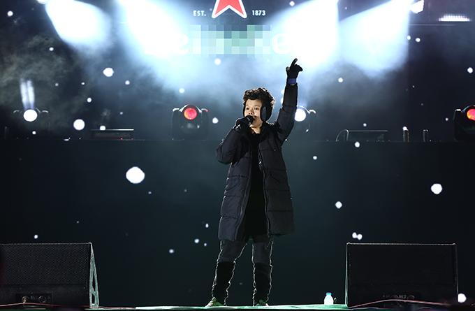 Ca sĩ, nhạc sĩ Tiên Tiên mặc cây đen đơn giản, ấm áp trên sân khấu ngoài trời.
