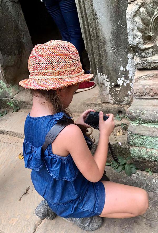 Tép chăm chút quan sát và chụp một góc đá rêu phong.