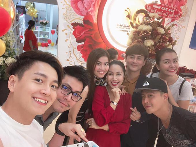 Đến chung vui với Ốc Thanh Vân còn có nhiều bạn bè thân thiết trong showbiz như Ngô Kiến Huy, vợ chồng Kha Ly - Thanh Duy, Ái Châu...