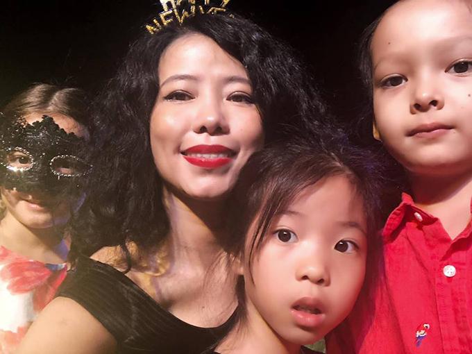 Có mặt cùng ba mẹ con Hồng Nhung trong bữa tiệc mừng năm mới còn có hai mẹ con nhà thiết kế Hà Linh Thư.