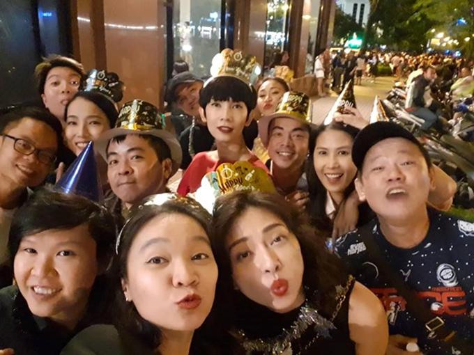Diễn viên Ngô Thanh Vân và người mẫu Xuân Lan hạnh phúc đón năm mới bên bạn bè thân thiết.