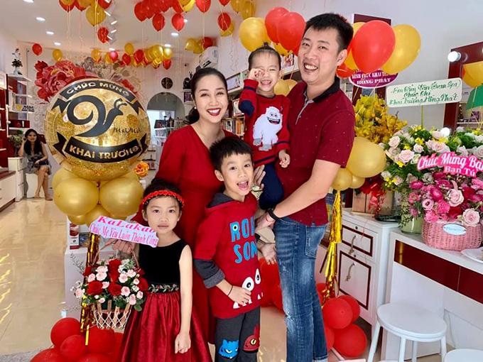Gia đình Ốc Thanh Vân và Trí Rùa cười tươi hết cỡ trong khoảnh khắc chia sẻ trên trang cá nhân. Vợ chồng nữ nghệ sĩ vừa khai trương một cửa hàng đồ dùng dành cho mẹ và bé.