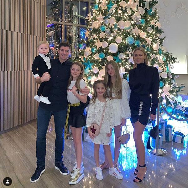 Vợ chồng cựu tiền vệ Steven Gerrard bên 4 cô con gái và cậu con trai Lio