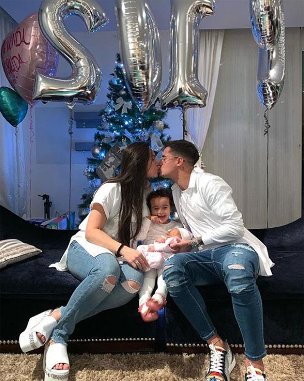 Vợ chồng tiền đạo Coutinho của Barca đón năm mới với niềm vui nhân đôi khi có thêm một thiên thần nhỏ