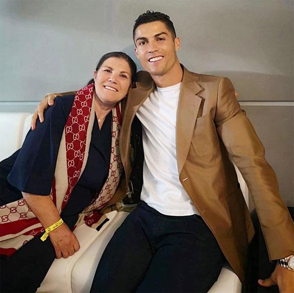 C. Ronaldo và bạn gái khoe thân mừng năm mới - 1