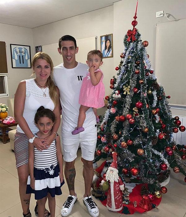 Gia đình tiền vệ Di Maria gửi lời chúc mừng năm mới tới các fan bằng bức ảnh ấm cúng, bình dị.