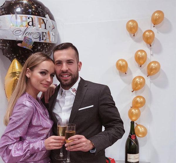 Alba và người đẹp Romaney cụng ly mừng năm mới.