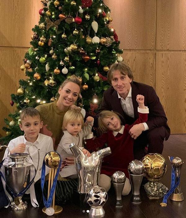Quả bóng vàng 2018 Luka Modric khoe các thành tích cá nhân và tập thể trong năm bên vợ con.