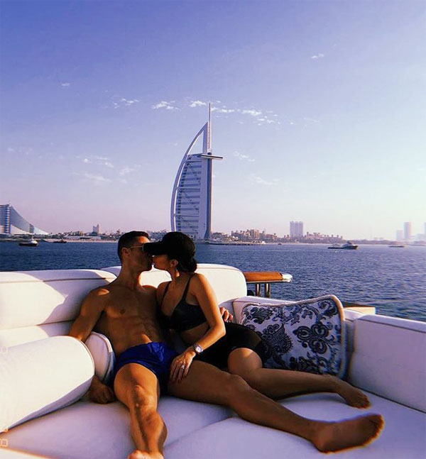 C. Ronaldo và bạn gái khoe thân mừng năm mới - 2