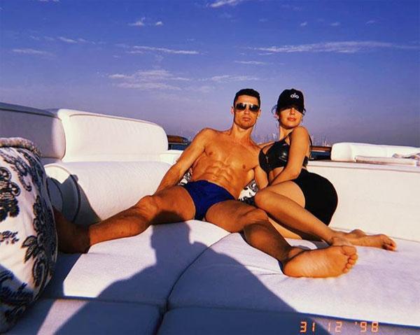 C. Ronaldo và bạn gái khoe thân mừng năm mới - 3