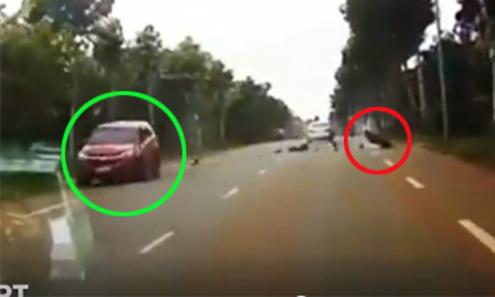 Quái xế bị ôtô tông trực diện vì vượt ẩu