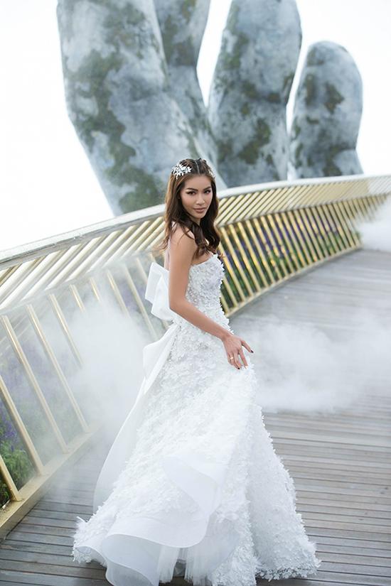 Minh Tú xuất hiện trong màn sương mờ ảo ở show diễn giới thiệu bộ sưu tập váy cưới của Chung Thanh Phong.