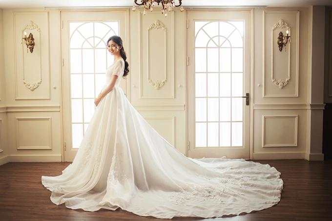 Người đẹp 25 tuổi diện trang phục cưới có phom dáng và màu sắc cổ điển.