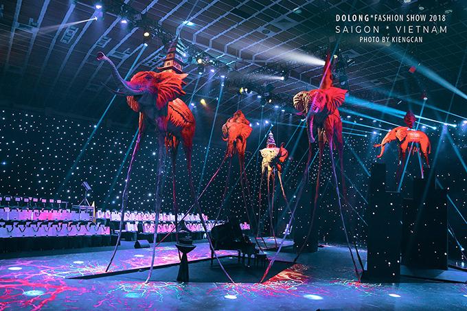 Lần đầu làm show diễn cá nhân, Đỗ Long muốn mang đến không gian và sắc màu riêng khi trình làng các thiết kế mới nhất.