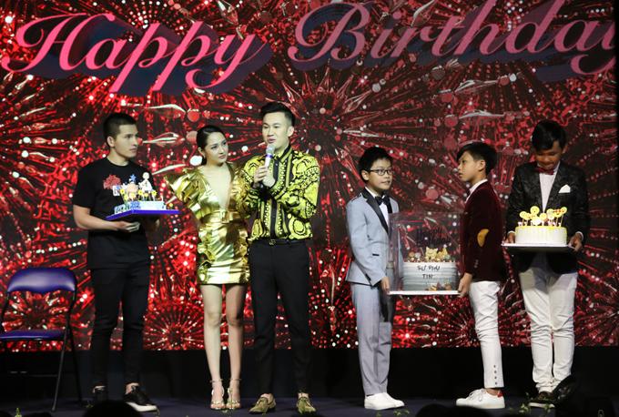 Em trai Hoài Linh xúc động khi nhận được nhiều bánh sinh nhật độc đáo và rất nhiều món quà, lời chúc ý nghĩa trong ngày đầu năm 2019. Ca sĩ Quốc Thiên, Bảo Anh và các học trò The Voice Kids lên sân khấu chung vui cùng anh.