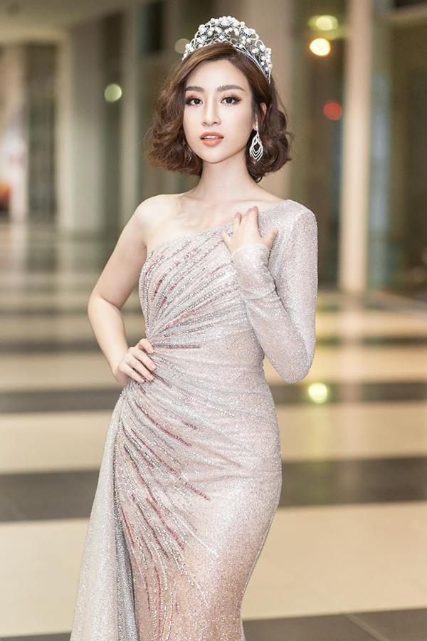 Đỗ Mỹ Linh nhận được nhiều lời khen ngợi về việc làm mới hình ảnh từ phong cách street style cho đến thời trang thảm đỏ.