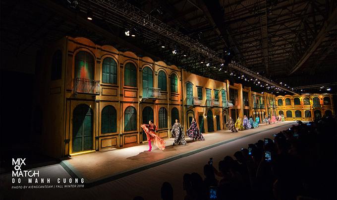 Sân khấu thời trangbố trí ấn tượng trên con phố mang vẻ đẹp hoài cổ của Đỗ Mạnh Cường được đánh giá là sàn catwalk ấn tượng nhất làng thời trang Việt 2018.