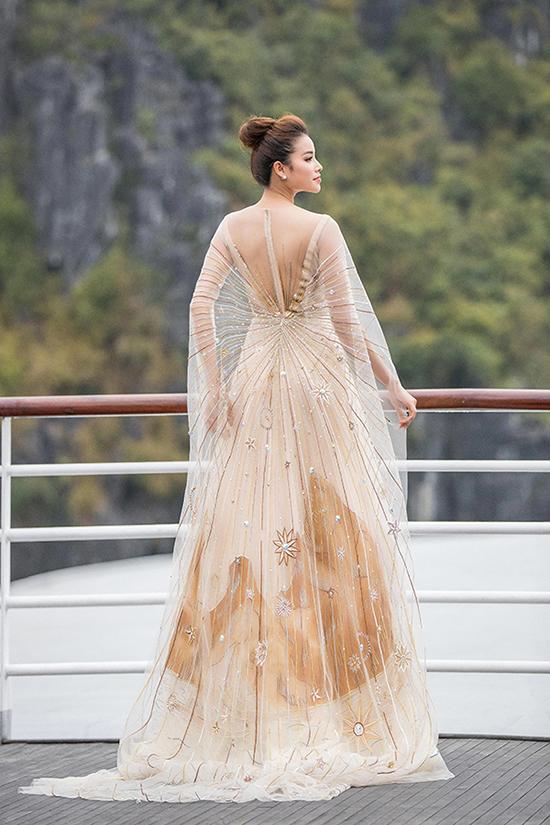 Phạm Hương xuất hiện với vai trò vedette trong mẫu thiết kế lấy cảm hứng từ hình ảnh nữ thần mặt trời trong show Lê Thanh Hoà.