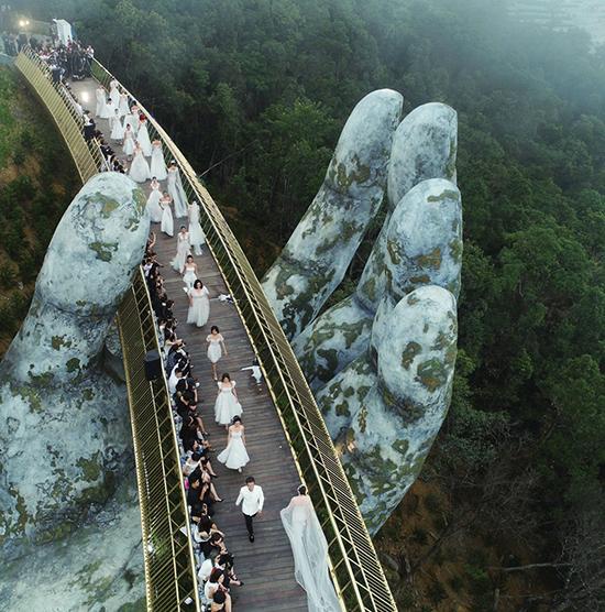 Sàn diễn của chương trình Dạo bước trên mây được bố trí ngay trên cây cầu nổi tiếng tại Bà Nà.