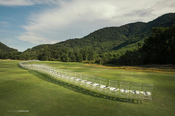 459 chiếc ghế cho khách mời, được đặt hàng ở nước ngoài trước sáu tháng, được xếp thành một hàng duy nhất, uốn lượn theo địa hình của sân golf.