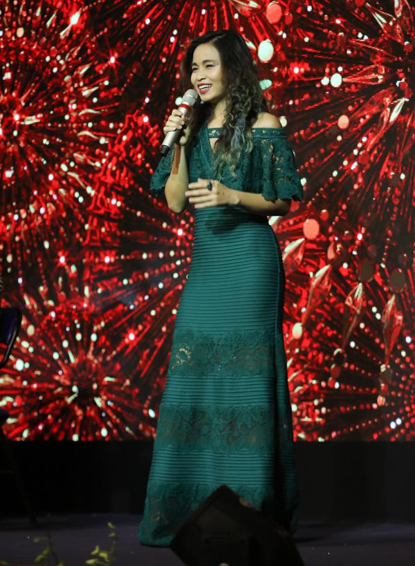 Ca sĩ Đồng Lan điệu đà với váy dài trễ vai, hát trong sinh nhật Dương Triệu Vũ.