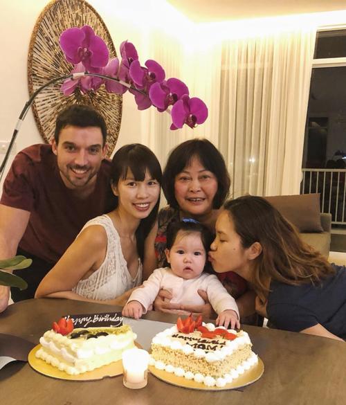 Vợ chồng Hà Anh mừng sinh nhật mẹ.