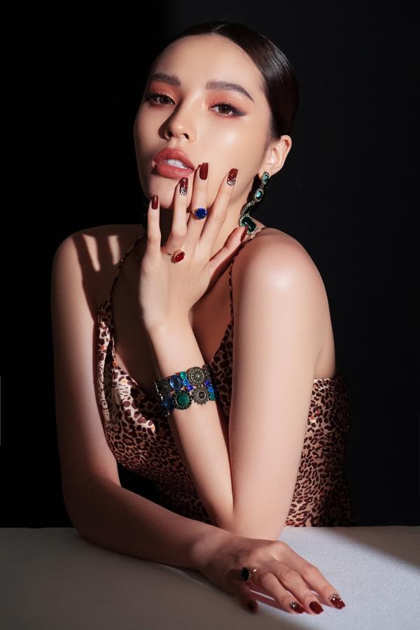 Kỳ Duyên tiết lộ cô vừa mở tiệm làm nail tại TP HCM. Nhân dịp năm mới, Hoa hậu Việt Nam 2014 khoe 5 màu móng phù hợp làm đẹp đi chơi Tết.