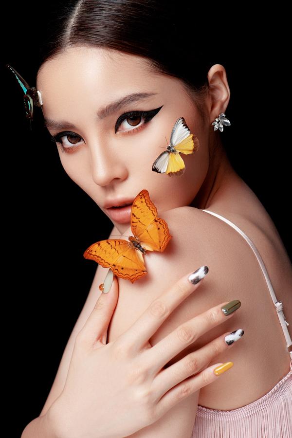 Bàn tay với 5 màu móng là lựa chọn phù hợp với những cô gái cá tính, thích sự khác biệt.