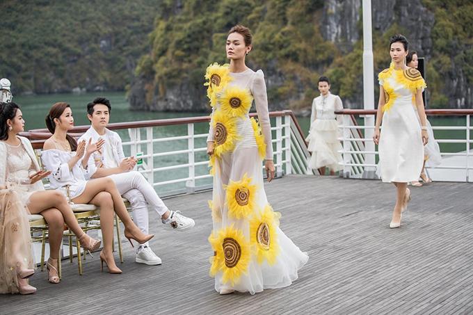 Không gian hùng vĩ nhưng không kém phần thơ mộng của vùng vịnh nổi tiếng góp phần để lại những dấu ấn đáng nhớ cho show diễn của Lê Thanh Hoà.
