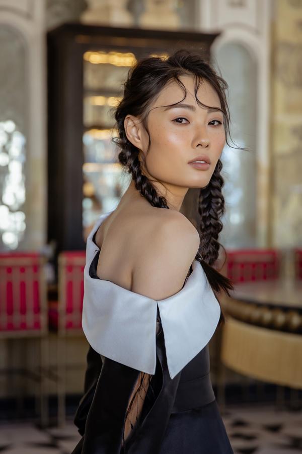 NTK Hà Duy vốn là người con sinh ra và lớn lên ở vùng núi Tây Bắc nên anh rất hiểu về cuộc sống cũng như phong tụ tập quán của bà con vùng cao. Trong nhiều bộ sưu tập trước đây, anh từng đưa chất liệu thổ cẩm lên trang phục hiện đại.