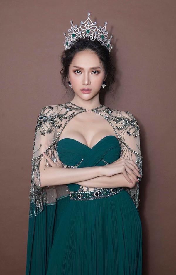 Váy dạ tiệc của các nhà thiết kế trong nước là sản phẩm được hoa hậu Hương Giang ưa chuộng.