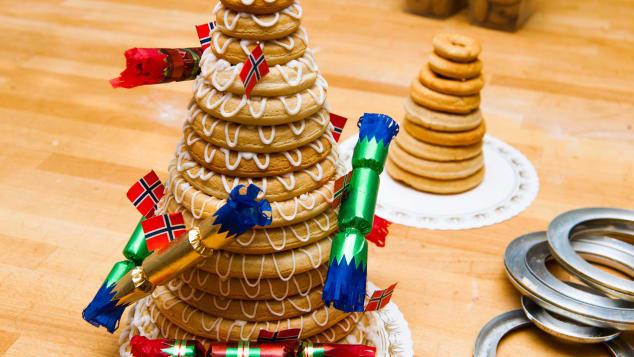 Kransekage (Đan Mạch, Na Uy): Là một tháp bánh bao gồm nhiều vòng bánh đồng tâm xếp chồng lên nhau, Kransekage là món ăn truyền thống không thể thiếu trong đêm giao thừa và các dịp đặc biệt khác ở Đan Mạch và Na Uy. Bánh được làm bằng hạnh nhân, ở trung tâm thường có một chai rượu và có thể được trang trí với cờ và bánh quy giòn.