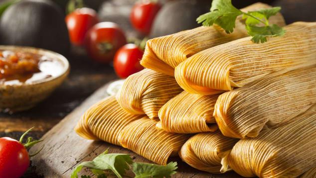 Tamales (Mexico): Tamales là món bánh được làm từ bột ngô nhồi thịt, phô mai, các gia vị đi kèm thơm ngon khác, bọc trong lá chuối hoặc vỏ ngô và thường xuất hiện vào dịp đặc biệt ở Mexico. Đầu năm mới, nhiều gia đình hay những nhóm phụ nữ sẽ tập hợp lại, phân chia các công đoạn để cùng nhau tạo ra hàng trăm gói bánh nhỏ xinh. Khi thưởng thức, bạn sẽ ăn kèm cùng món súp không kém phần nổi tiếng của đất nước này. Đến đây vào năm mới, bạn sẽ dễ dàng bắt gặp những nhà hàng bán Tamales cả ngày lẫn đêm.