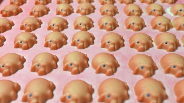 Marzipanschwein (Áo, Đức): Người Áo thường uống một ly rượu vang đỏ với quế, ăn thịt lợn sữa vào bữa tối đêm giao thừa. Họ còn trang trí bàn ăn với ngập tràn những chiếc bánh Marzipanschwein nhỏ nhắn mang hình thù những chú lợn xinh xắn. Chiếc bánh được làm từ hạnh nhân hoặc chocolate với nhiều kích cỡ khác nhau. Người dân nơi đây thường dùng để làm quà tặng vào năm mới. Ngoài ra, Đức, đất nước láng giềng ngay cạnh Áo cũng sử dụng món ăn này như một nét truyền thống trong dịp Tết.