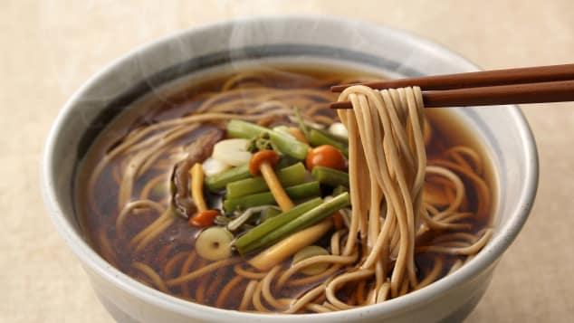 Mì Soba (Nhật Bản): Các gia đình Nhật Bản thường ăn mì soba kiều mạch, hoặc toshikoshi soba vào thời khắc đón giao thừa giao để chia tay năm cũ và chào đón năm mới. Truyền thống này bắt nguồn từ thế kỷ 17. Người Nhật quan niệm sợi mì dài tượng trưng cho sự trường thọ và thịnh vượng. Ngoài ra, trước năm mới, nơi đây sẽ diễn ra một phong tục khác gọi là Mochitsuki. Lúc này, bạn bè và gia đình sẽ dành cả ngày làm bánh gạo mochi, món tráng miệng phổ biến ở Nhật trong dịp Tết.