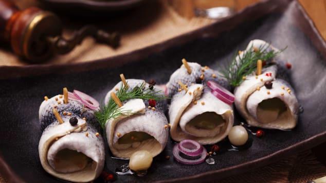 Cá trích (Ba Lan, Scandinavia): Cá trích có rất nhiều ở Ba Lan và Scandinavia. Vì màu bạc trên da của chúng, người dân ở đây thường thưởng thức món ăn này vào đêm giao thừa với niềm tin, điều đó sẽ mang lại một năm thịnh vượng và bội thu. Cá trích có thể chế biến đa dạng thành nhiều hương vị khác nhau. Trong đó, Sledzie Marynowane là cái tên được nhiều người ưa chuộng nhất. Món ăn được làm bằng cách ngâm cả cá trích muối trong nước trong 24 giờ và sau đó xếp vào một cái lọ cùng gia vị như hành, hạt tiêu, đường, giấm trắng.