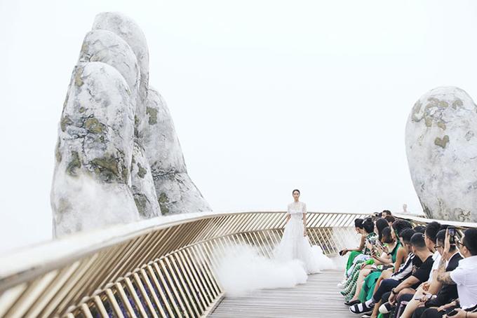 Không gian thoáng đạt của thắng cảnh nổi tiếng góp phần mang tới trải nhiệm vô cùng thú vị cho khán giả yêu thời trang.