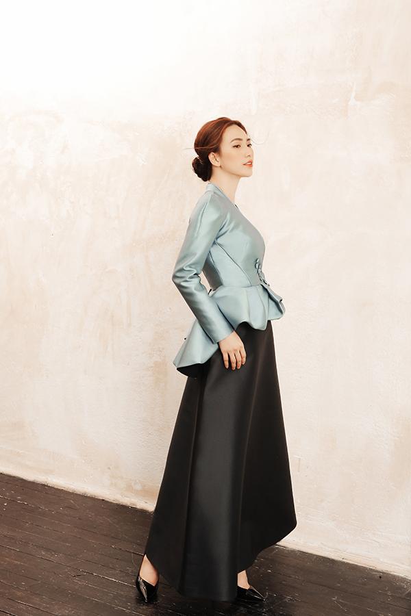 Các mẫu váy đi tiệc phù hợp với bạn gái yêu vẻ đẹp sang trọng và thích diện những tông màu thể hiện vẻ đẹp thanh nhã.