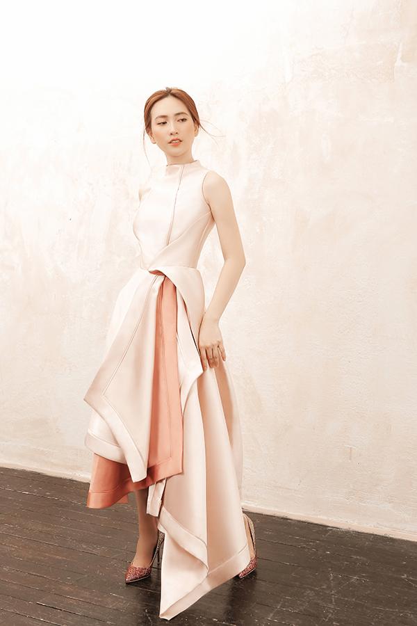 Chỉ sử dụng màu trơn nhưng nhà thiết kế phối hợp khéo léo sắc độ đậm nhạt và tạo layer bắt mắt cho các mẫu váy.