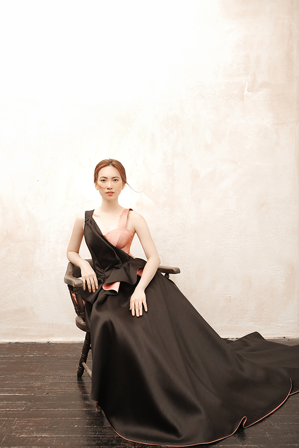 Thay vì các mẫu váy ôm sát cần hình thể chuẩn mực, Phương My mang đến các mẫu váy nhấn eo dễ sử dụng với nhiều dáng người mặc.